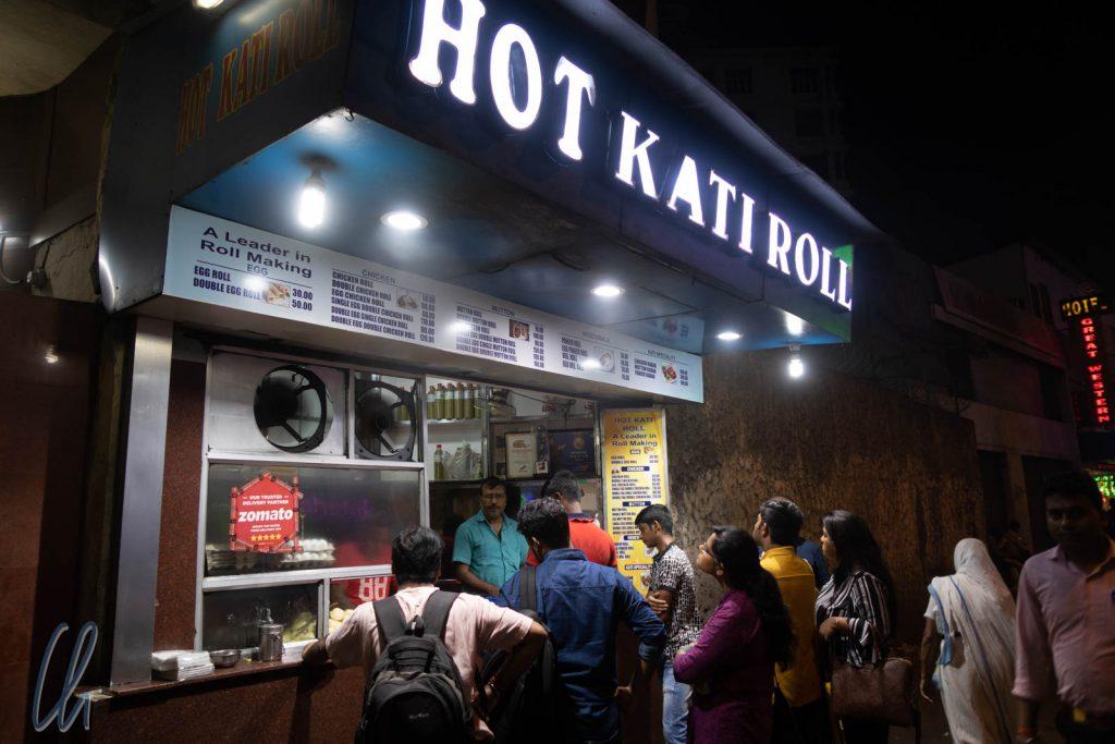 Auch vor der Hot Kati Rolls-Imbissbude mussten wir anstehen.
