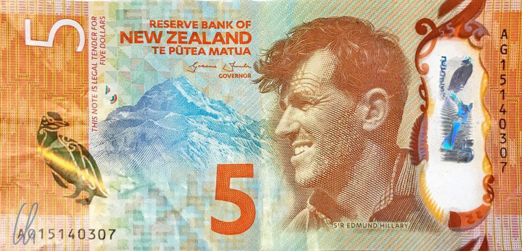 5 Neuseeland Dollar (2,82 Euro): Sir Edmund Hillary, Aoraki (Mount Cook) und ein Gelbaugenpinguin