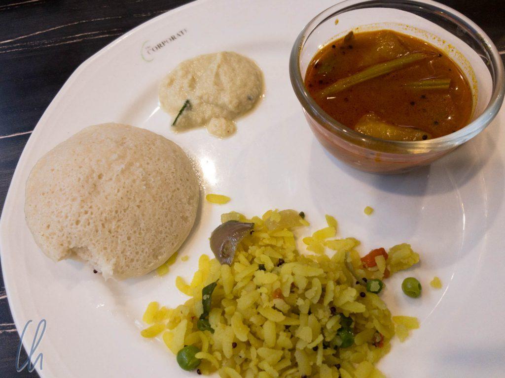 Idli mit leckerem Kokos-Chutney, Sambar und Reis