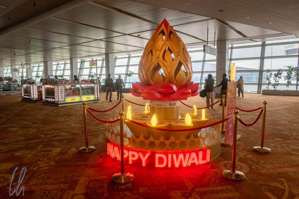 """Mit """"Happy Diwali"""" wurden wir schon am Flughafen begrüßt."""
