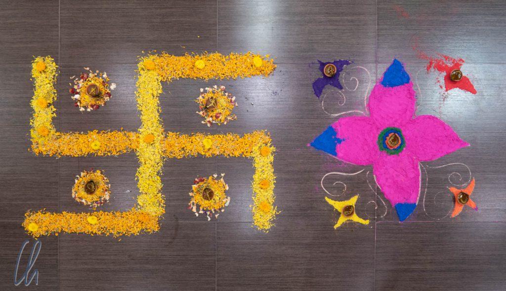 Kunstvolle Diwali-Dekoration (Rangoli) aus Blütenblättern und farbigem Reismehl