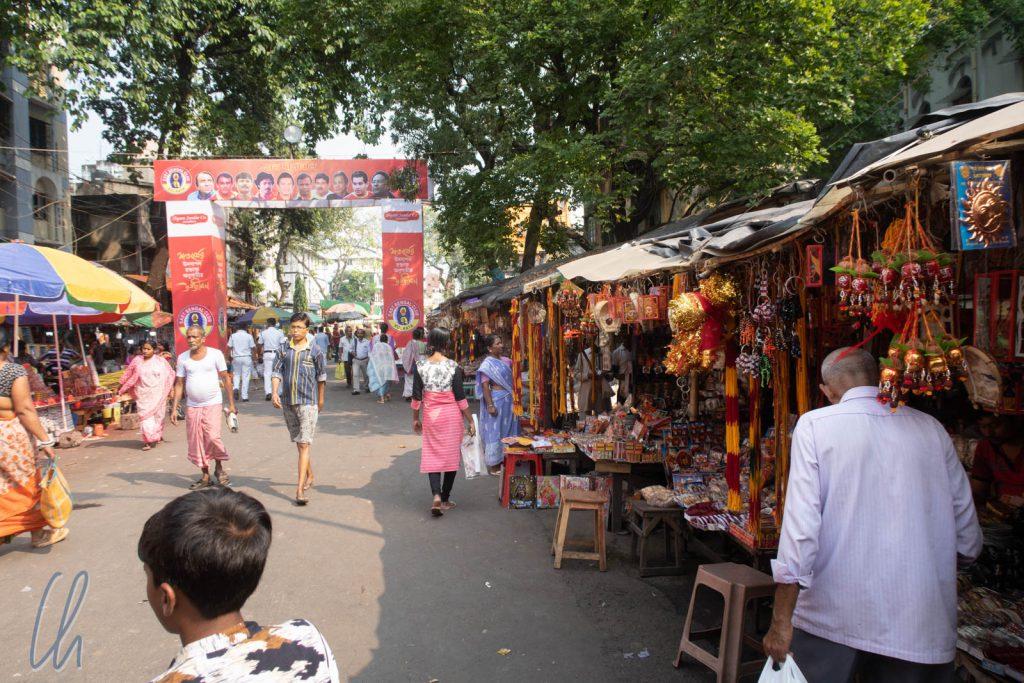Direkt am Tempel wurde es noch deutlich enger. Auch Stände in den umliegenden Straßen boten Devotionalien, Opfergaben und Souvenirs an. Es wirkte ein wenig wie ein Jahrmarkt.