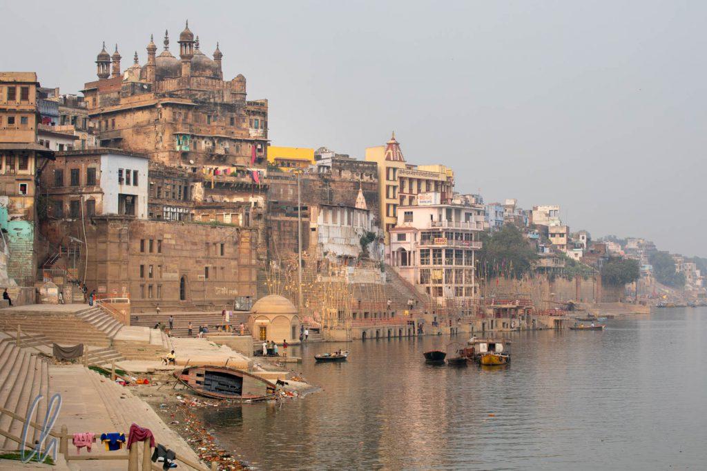 Am Ufer des Ganges (von links nach rechts): Mangala Gauri Ghat, Venimadhava Ghat und das Panchganga Ghat, oberhalb die Alamgir Moschee