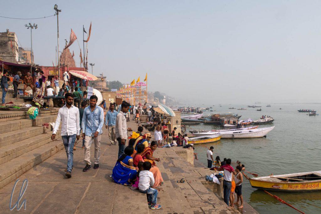 Reges Treiben am Ufer des Ganges