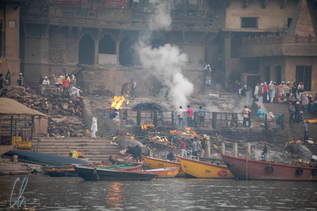 """Freiluft-Krematorium am Ganges, das """"burning ghat"""" Manikarnika"""