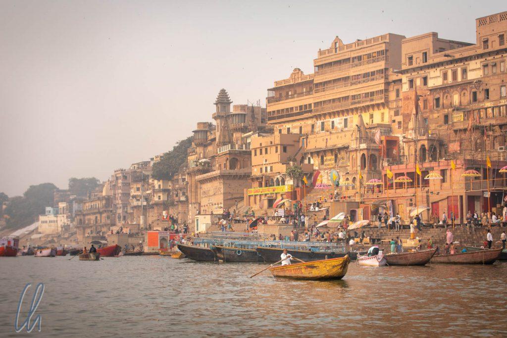 Blick auf Varanasi vom Wasser des Ganges aus