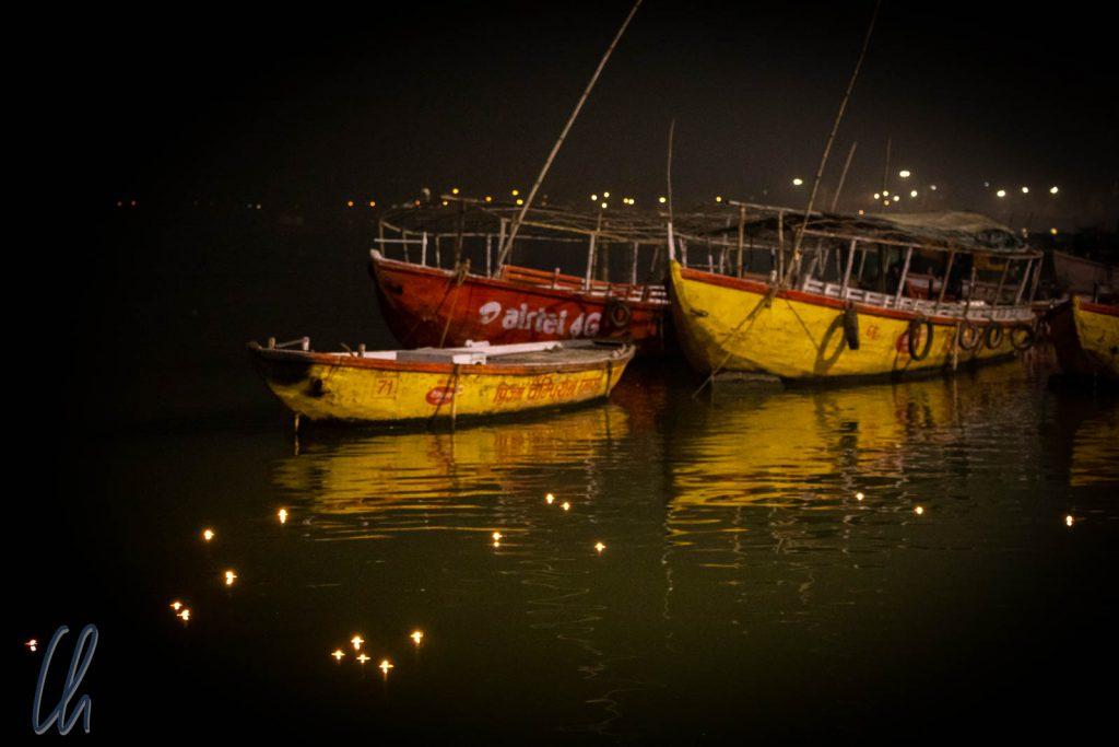 Diyas, schwimmende Opferlichter, trieben auf dem Ganges.