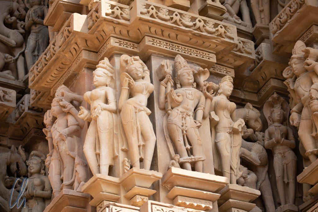 Lord Shiva (an der Haarpracht und am Dreizack zu erkennen), umringt von Apsaras