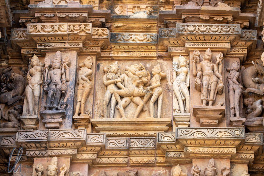 Ein Liebespaar begleitet von Surasundaris am Kandariya Mahadev Tempel