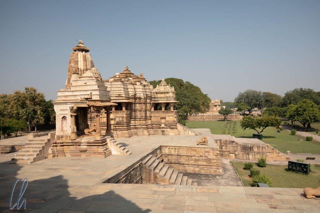 Der Mahadeva Tempel im Vordergrund, dahinter der Jagadamba Tempel in der Hauptgruppe von Khajuraho