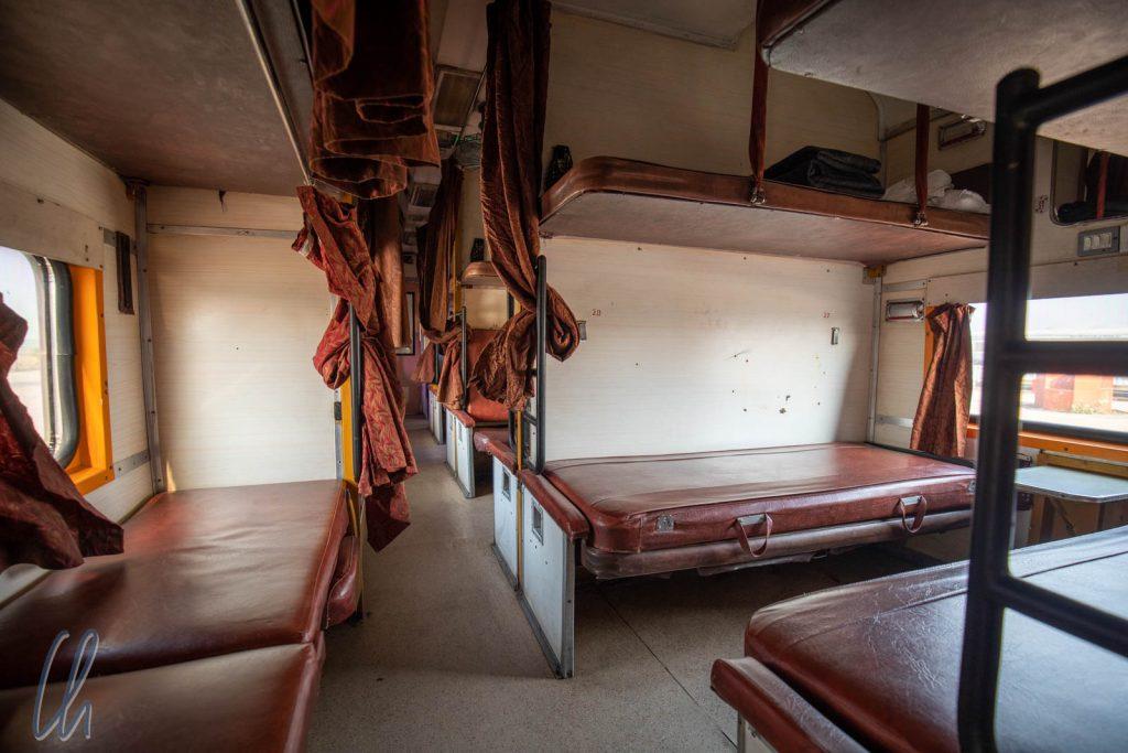 """In der """"AC 2 Tier Sleeper Class"""" hat jeder Gast ein Bett bzw. man teil sich das untere Bett als Bank."""