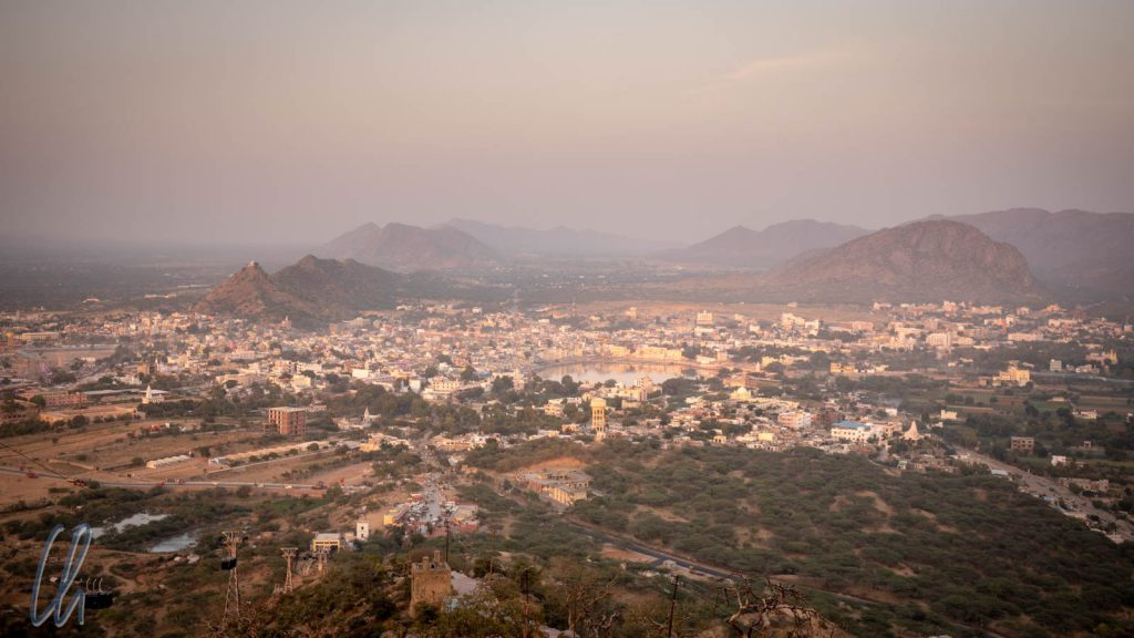 Ausblick über Pushkar und den Heiligen See im Abendlicht
