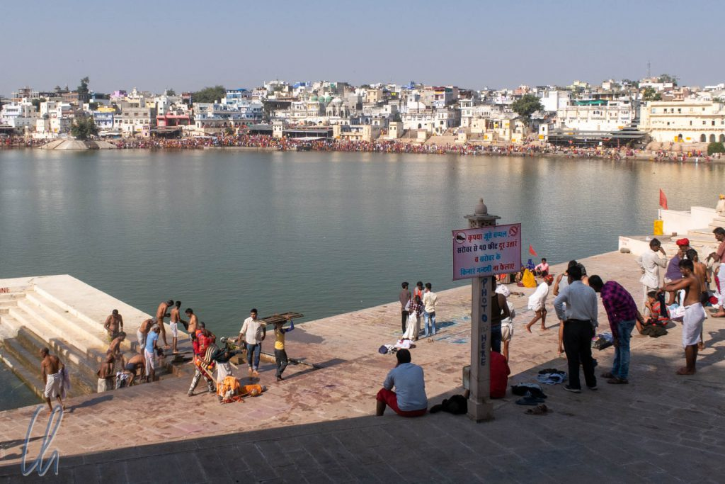 Am Ufer des Heiligen Sees von Pushkar gebietet es die Sitte, die Schuhe abzulegen.