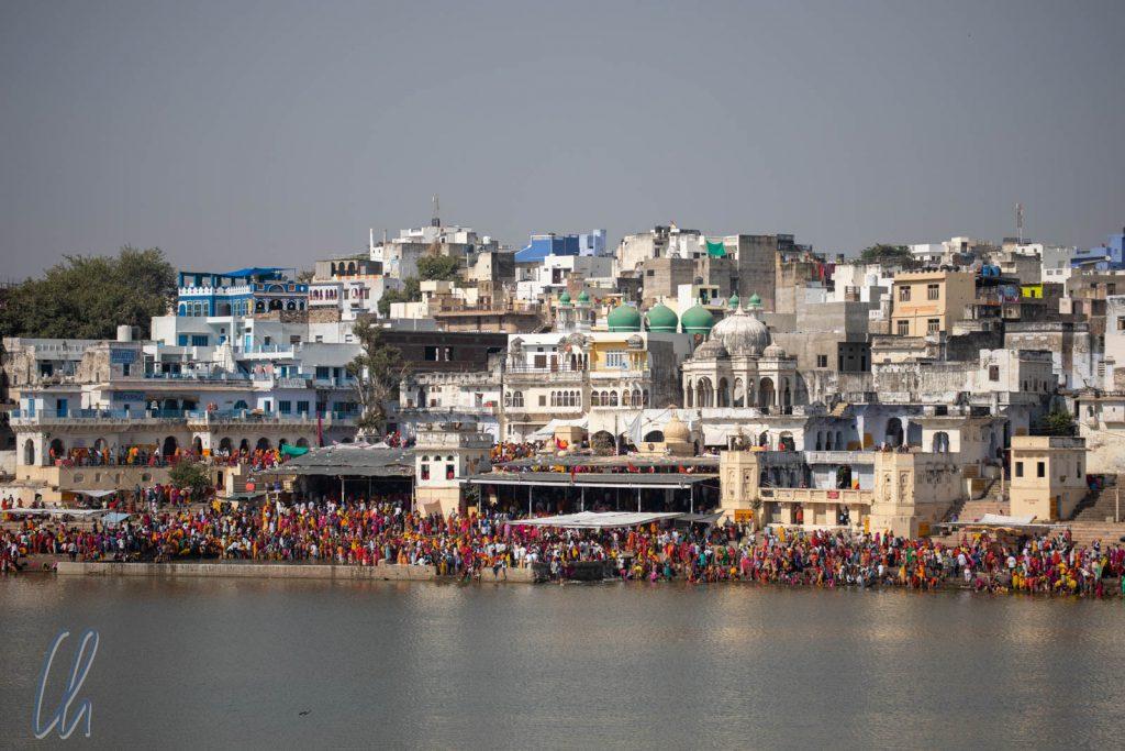 Menschenmassen an den Bade-Ghats in Pushkar