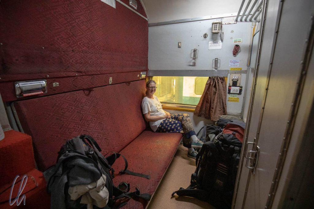 Unser Abteil in der AC First Class bot extrem viel Platz. Die Bank ließ sich in ein Doppelstockbett verwandeln.