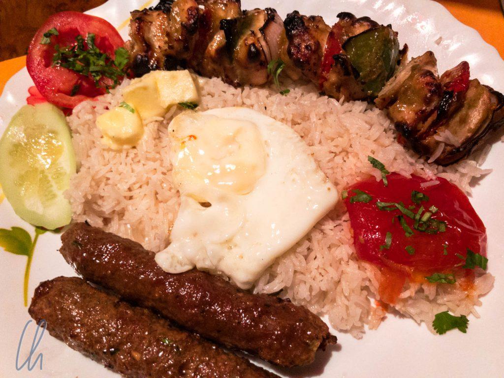 Eines der wenigen Fleischgerichte, die wir in Indien gegessen haben: Chelo Kababs, aromatisch gewürztes Lammfleisch mit Reis und Ei.