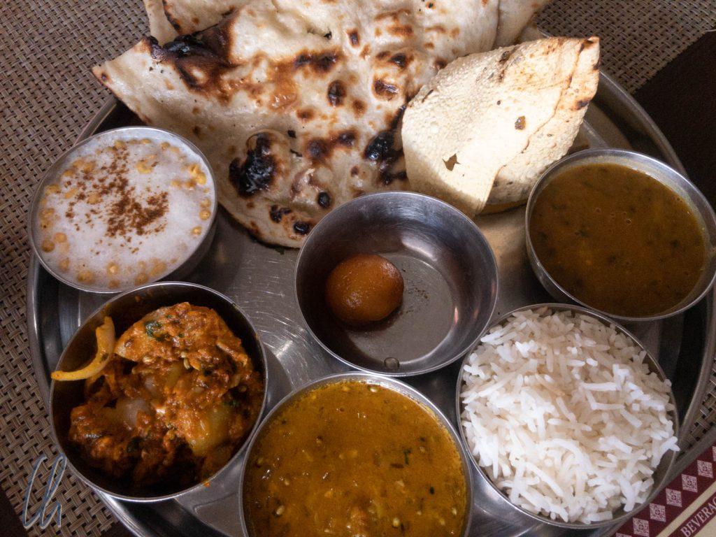Ein köstliches vegetarisches Thali mit Boondi Raita