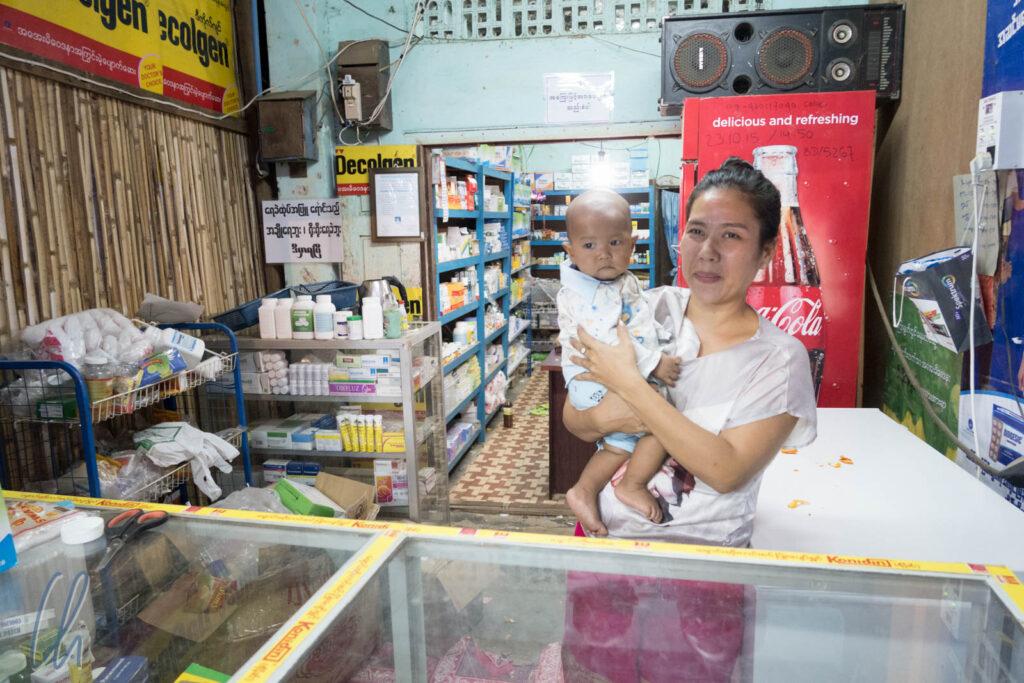 Geregelte Öffnungszeiten hatte diese Apotheke in Bagan, Myanmar, nicht. Abends um kurz vor 9 Uhr wurden wir freundlich mit Sonnencreme versorgt.