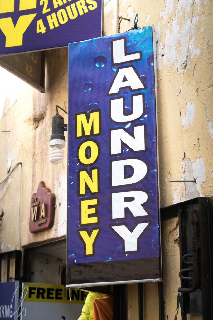 Womöglich ohne kriminellen Hintergrund: Geld ist unentbehrlich, ein Waschsalon auch, beides zusammen umso mehr ;)