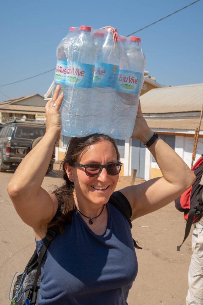 Unterwegs kommt man vernünftigerweise um Wasser in Plastikflaschen kaum herum. Mit dem Kauf von möglichst großen Flaschen konnten wir den Müll immerhin ein wenig reduzieren.
