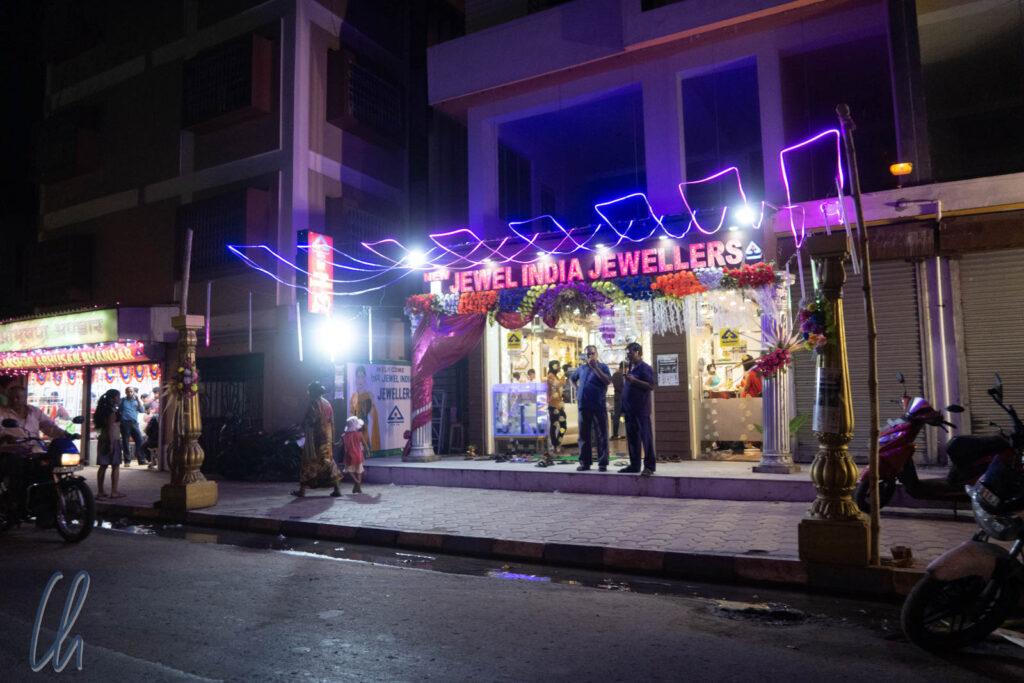 Ein für Diwali geschmückter Juwelier