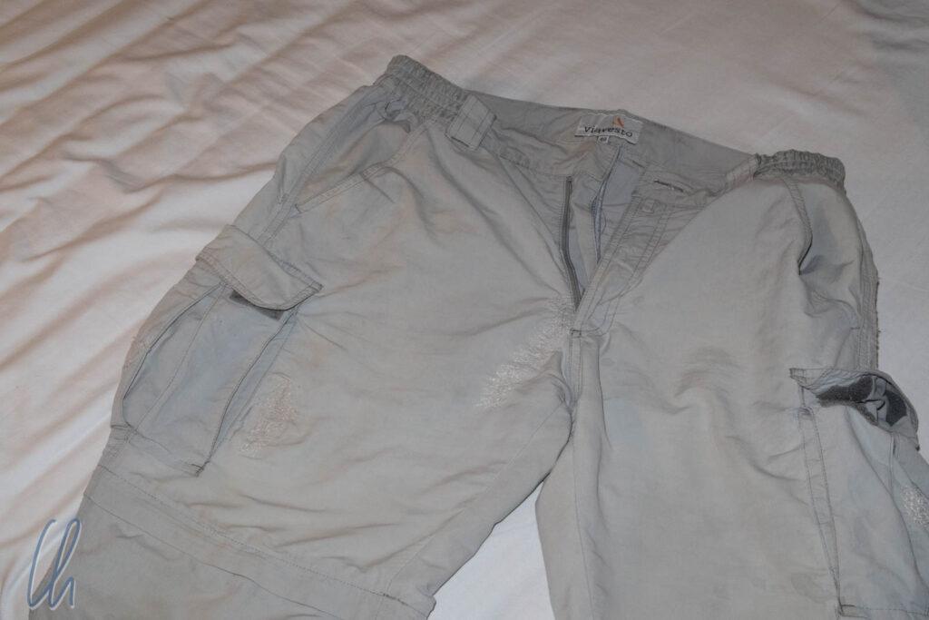 Mehr Risse und Flicken als intakter Stoff. Vier Wochen vor unserer Rückkehr nach Deutschland war diese Hose am Ende.