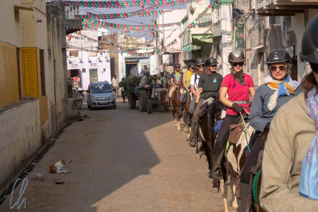 Wir ritten durch die Gassen des Dorfes Budhwara.