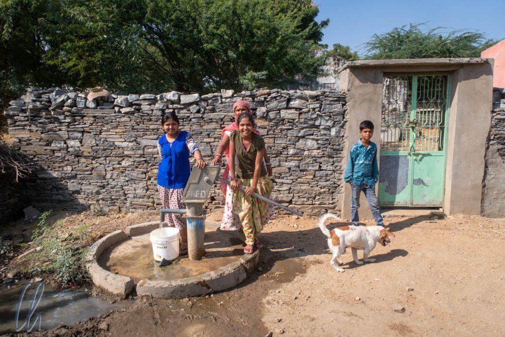 Die Frauen holten das Wasser von der öffentlichen Pumpe.