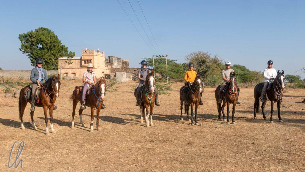 Die Reitergruppe am Ende des Trails: Von links nach rechts: Brigitte auf Chandni, Ute auf Rashmi, Yvonne auf Dhulika, Anette auf Radha, Christian auf Kirti und Mona auf Sultana