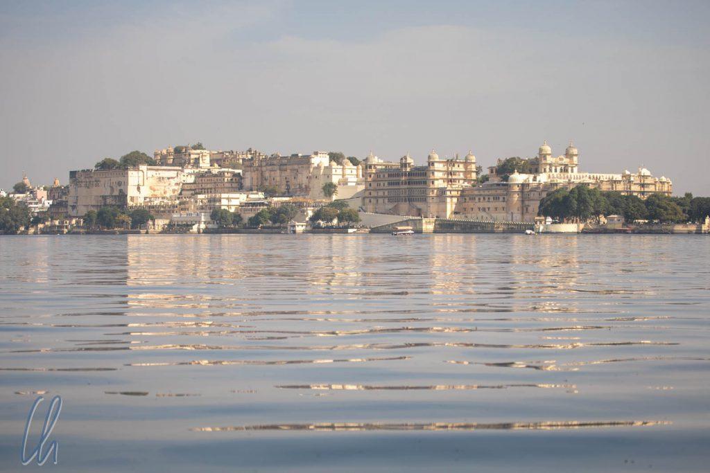 Blick auf die Uferline von Udaipur mit dem Stadtpalast