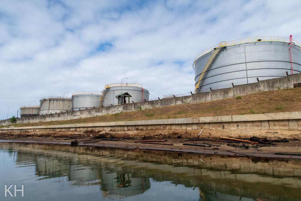 Die stillgelegte Raffinerie von Toamasina, Madagaskar, als Negativbeispiel für Umweltschutz: Das Öl läuft ungehindert in den Pangalanes-Kanal, der die Lebensgrundlage vieler Menschen darstellt.